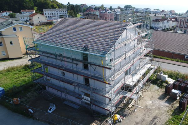 Hausbau mit Fassadengerüst von Insel-Gerüstbau in der Hafenstadt Sassnitz auf Rügen